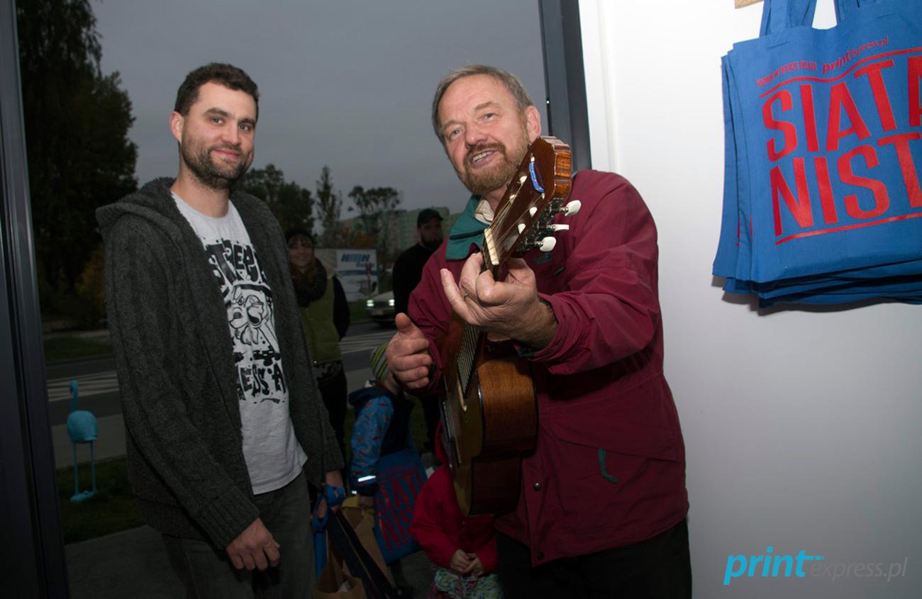 Nawet Paweł uległ jego urokowi i przyłączył się do pieśni!