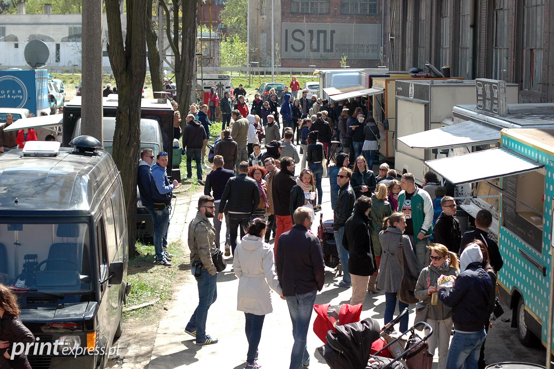 Ulica przyciągnęła lokalne food-trucki na głód więc nie dało się narzekać.