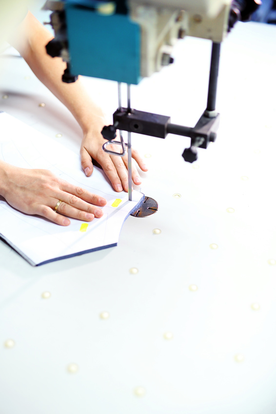Wykrawanie tkaniny w krojowni na wykrawarce