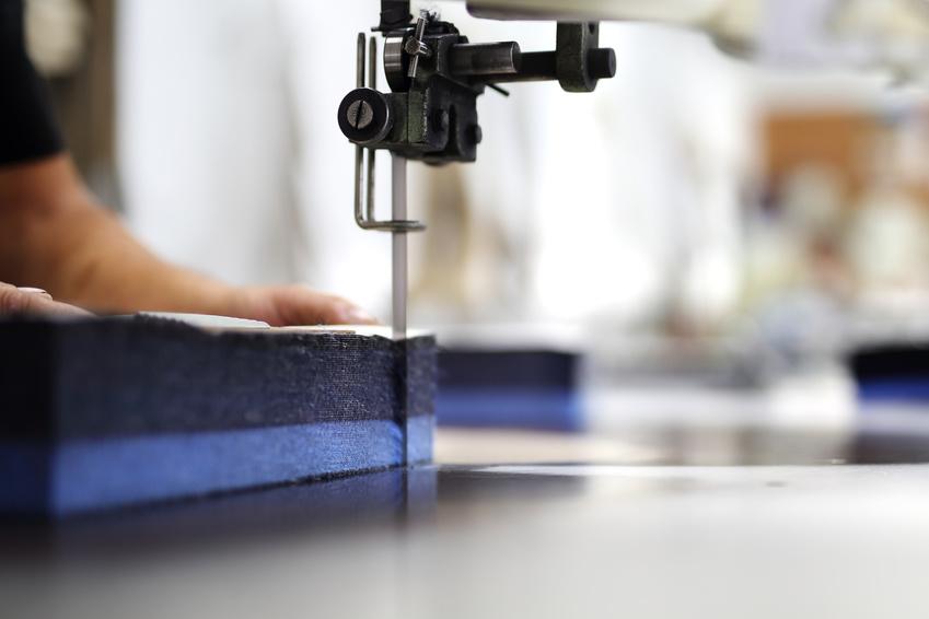 Krojownia, wycinanie tkaniny